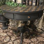 Стол с шахматной раскраской после реставрации