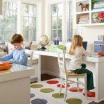 Столы для детей на противоположных сторонах