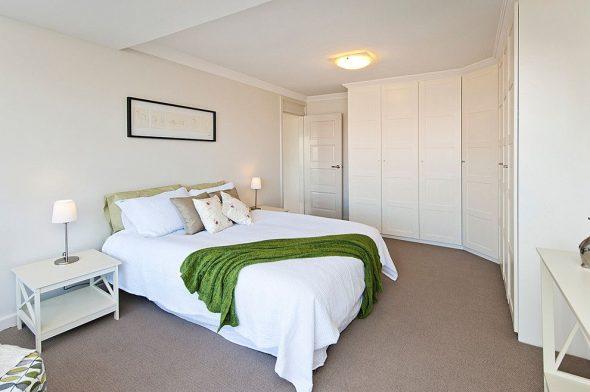 Спальня с белым угловым шкафом