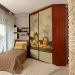 Трапециевидный угловой шкаф в маленькой спальне