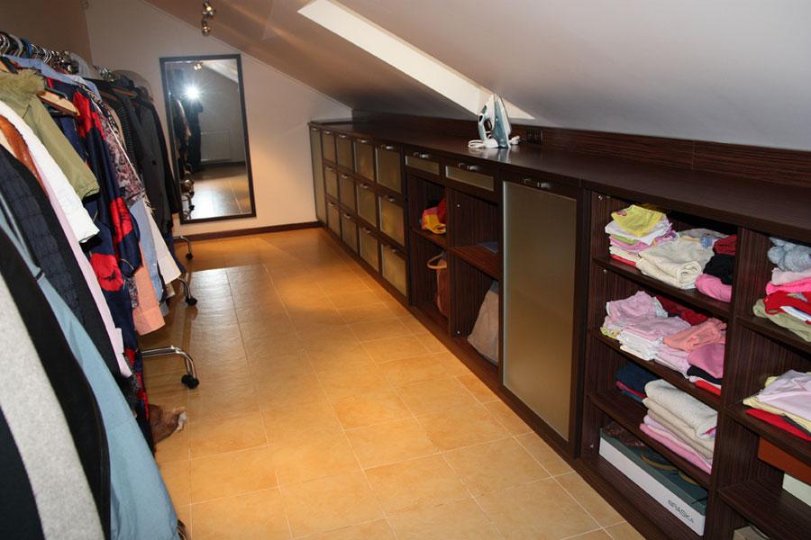 Гардеробная комната на мансардном этаже фото