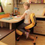 Удобный стул с подставкой для ног желтого цвета