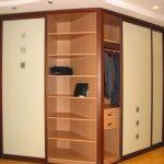Угловой продуманный шкаф-купе для коридора