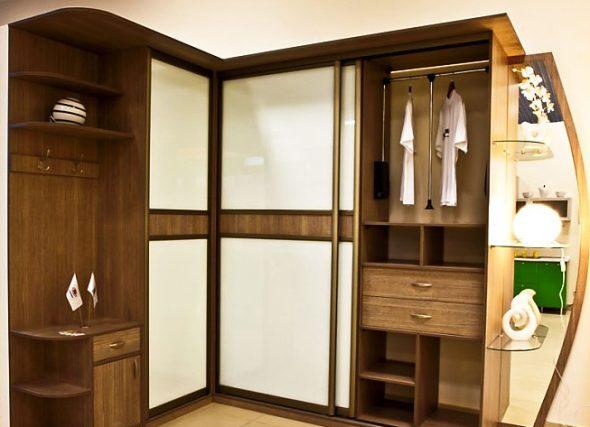 Угловой шкаф с комбинированными дверями