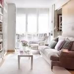 Уютная узкая гостиная в светлых тонах