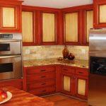Восстановленные фасада кухни с обклеенными пленкой филенками
