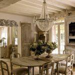 Вся мебель в столовой оформлена под старину