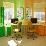 Зелено-оранжевая комната со столами у каждого окна