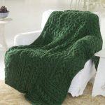 Зеленое вязанное покрывало-плед