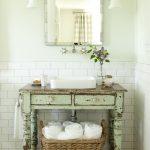 Зеленый умывальник в ванной комнате в стиле прованс