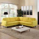 Желтый угловой диван у окна