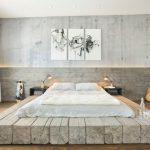 Кровать на необычном подиуме из бревен