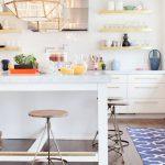 Белая кухня с открытыми полками для кухни