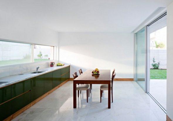 Белая просторная светлая кухня