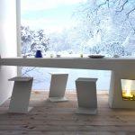 Белый стол из пластика необычной формы