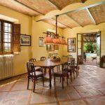 Большая и светлая комната с обеденным столом