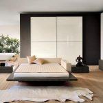 Большая спальня с просторной кроватью-подиум в стиле лофт
