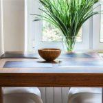 Большой деревянный квадратный стол