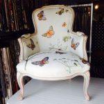 Декор мягкого сидения стула с бабочками