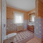 Деревянная мебель для ванной в стиле кантри
