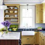 Деревянные открытые полки с посудой на кухне
