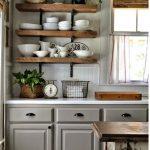 Деревянные полки на кухне — самый распространенный вариант