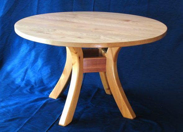 Круглый стол с конструкцией на четырех опорах
