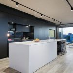 Дизайн интерьера кухни с мебелью с простыми формами