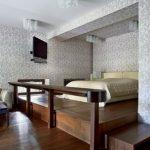 Двухспальная кровать в нише на подиуме