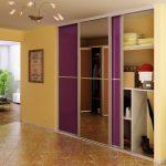 Фиолетовый шкаф для желтого коридора