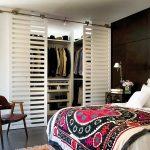 Гардеробная в спальне за полупрозрачными дверями