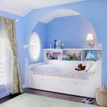 Гармоничное оформление кровати в нише с аркой