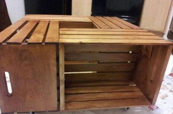 Столик из деревянных ящиков