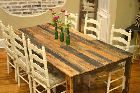 Интересный вариант оформления стола из дерева