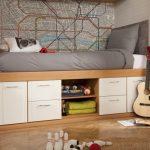 Комната для подростка, где ниша оборудована кроватью, ящиками и полками