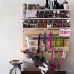Красивая полочка для специй и кухонной утвари