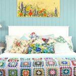 Красивое вязанное покрывало в интерьере спальни