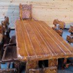 Красивый массивный деревянный стол со стульями из дерева