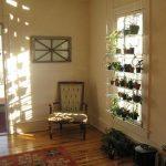 Красивый стеллаж для зеленого уголка отдыха