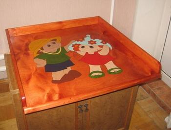Красивый яркий пеленальный столик