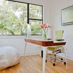Кресло-мешок своими руками в светлом рабочем кабинете