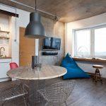 Кресло-мешок треугольной формы на кухне