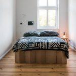 Кровать из картона для маленькой спальни