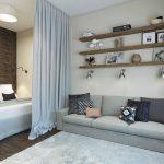 Кровать, спрятанная в нише однокомнатной квартиры