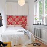 Кровать в углу маленькой спальни
