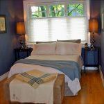 Кровать возле окна в маленькой спальне
