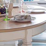 Круглый стол для кухни из светлого дерева