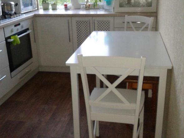Квадратный стол также можно разместить у стены
