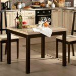 Квадратный стол в интерьере кухни
