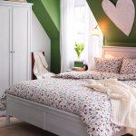 Маленькая спальня на мансардном этаже в стиле прованс